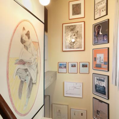 Installationsansicht Treppe - Arbeiten von Lucy McKenzie, Cameron Jamie, Matt Mullican, Richard Hawkins