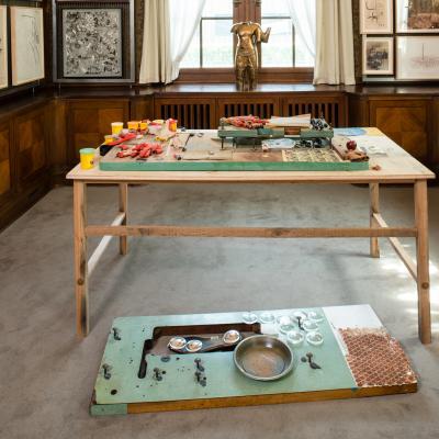 Installationsansicht Bibliothek – Arbeiten von: Joe Bradley / Dr. Lakra / Sherrie Levine / Uri Aran / Keith Tyson