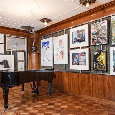 Installationsansicht Salon – Arbeiten von: Paul Thek / Ed Ruscha / Robert Overby / Valentin Carron / Karen Kilimnik / Louise Lawler / Raymond Pettibon