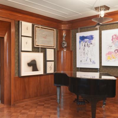 Installationsansicht Salon - Arbeiten von Paul Thek, Ed Ruscha, Robert Overby, Valentin Carron, Karen Kilimnik