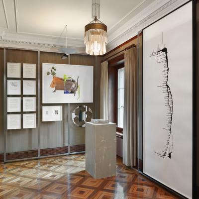 Installationsansicht Obergeschoss Durchgangszimmer - Arbeiten von Philippe Parreno, Kelley Walker, Matt Mullican, Richard Prince, Trisha Donnelly